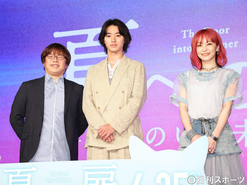 フォトセッションに臨む、左から三木監督、山崎賢人、LiSA(撮影・河田真司)