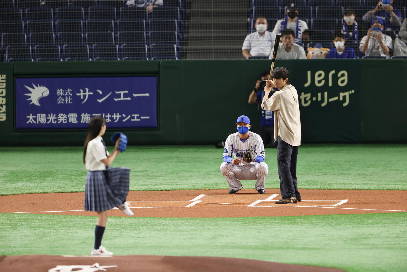 DeNA対広島 試合前、始球式に登板する関水渚(左)の打席に立つ仲村トオル(撮影・垰建太)