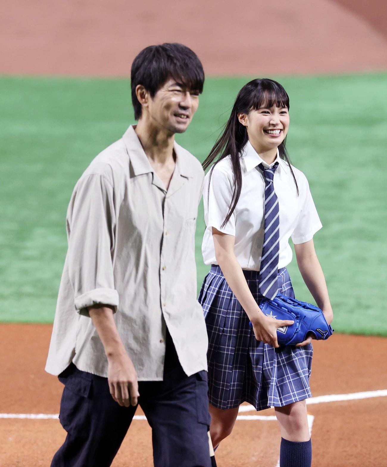 DeNA対広島 始球式を終え笑顔を見せる仲村トオル(左)と関水渚(撮影・鈴木正人)