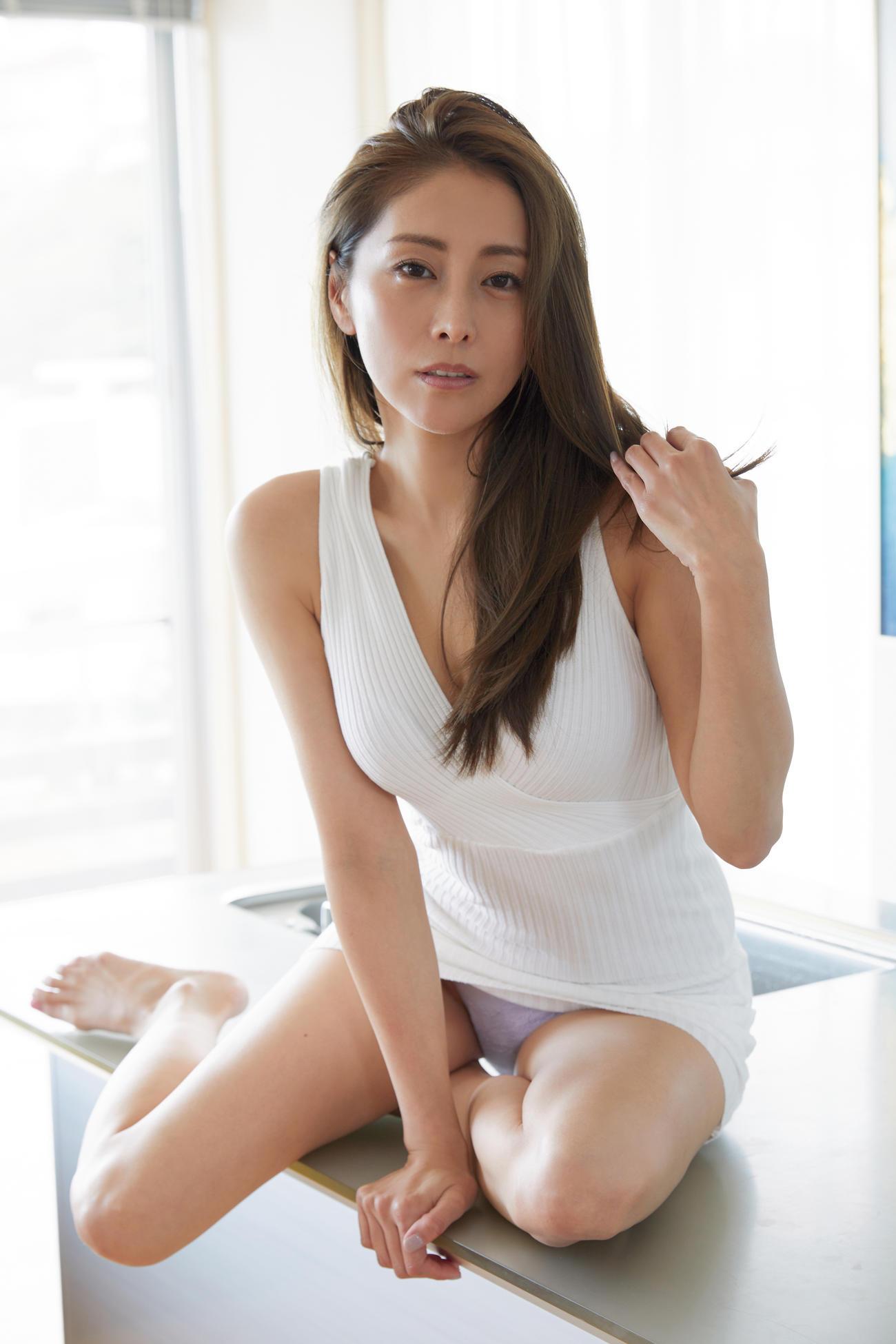 DVD「甘い生活」でセクシーショットを披露する熊切あさ美