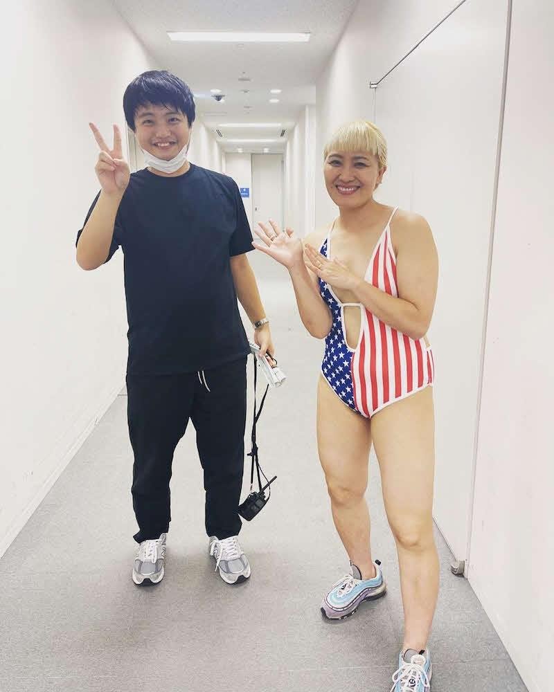 ゆりやんレトリィバァの水着を着た写真を公式ブログにアップした丸山桂里奈(右)