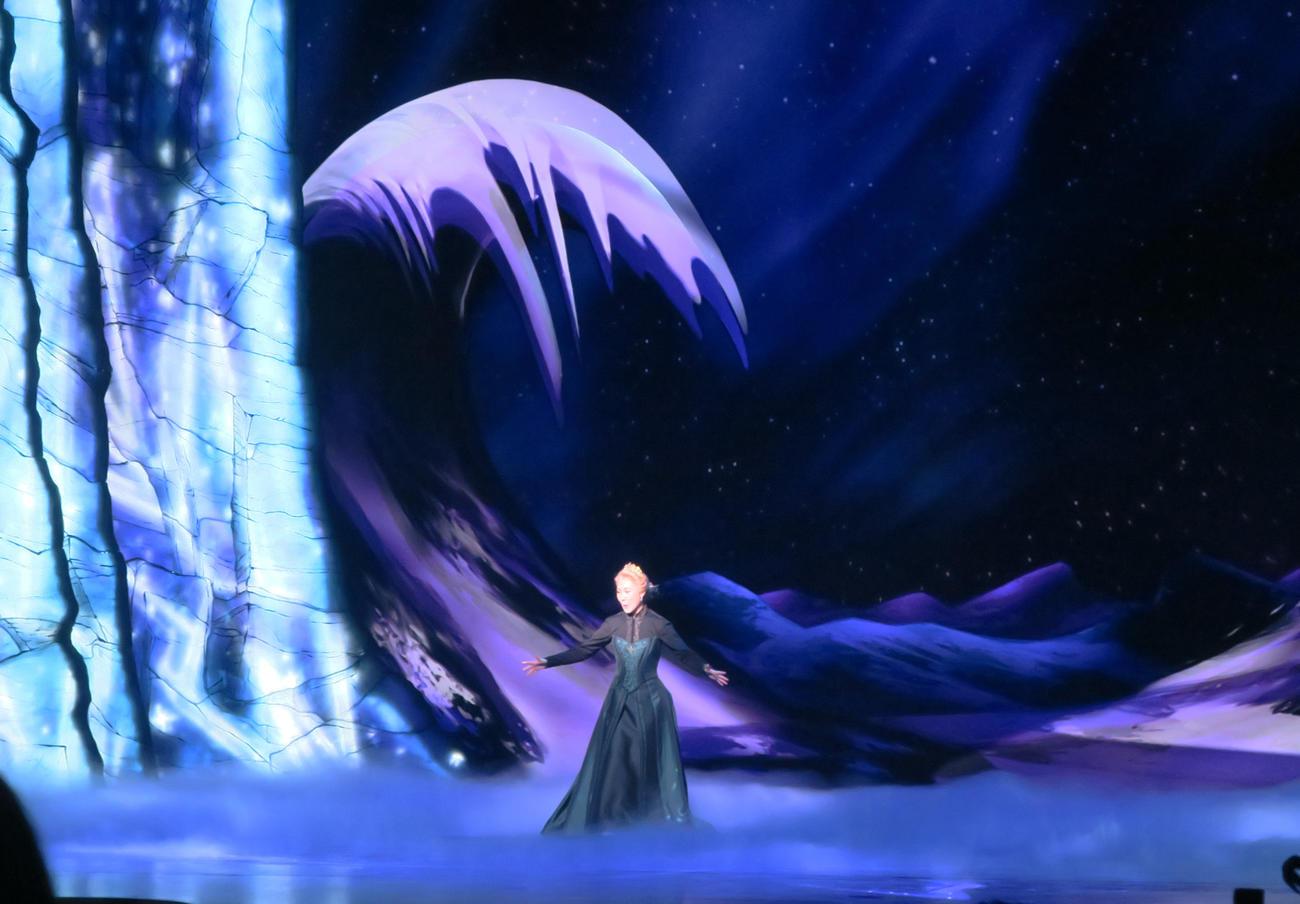 劇団四季ミュージカル「アナと雪の女王」のゲネプロで。世界を氷に変えていくエルサ(岡本瑞恵)