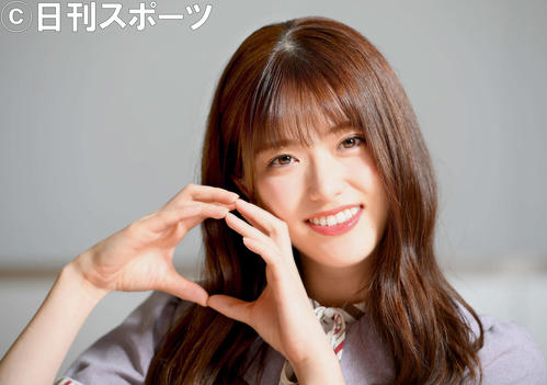 「りんごポーズ」を笑顔で決める乃木坂46の松村沙友理(撮影・たえ見朱実)