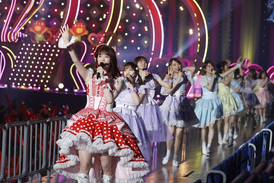 卒業コンサートでメンバーたちとパフォーマンスする松村沙友理(手前)