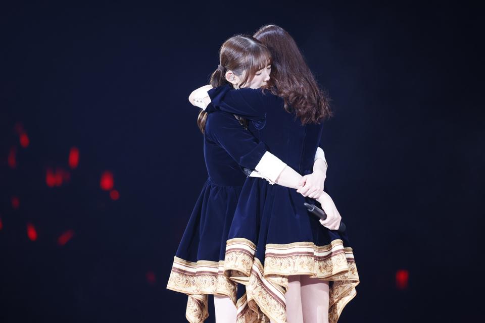 卒業コンサートで新内眞衣と抱き合う松村沙友理(左)
