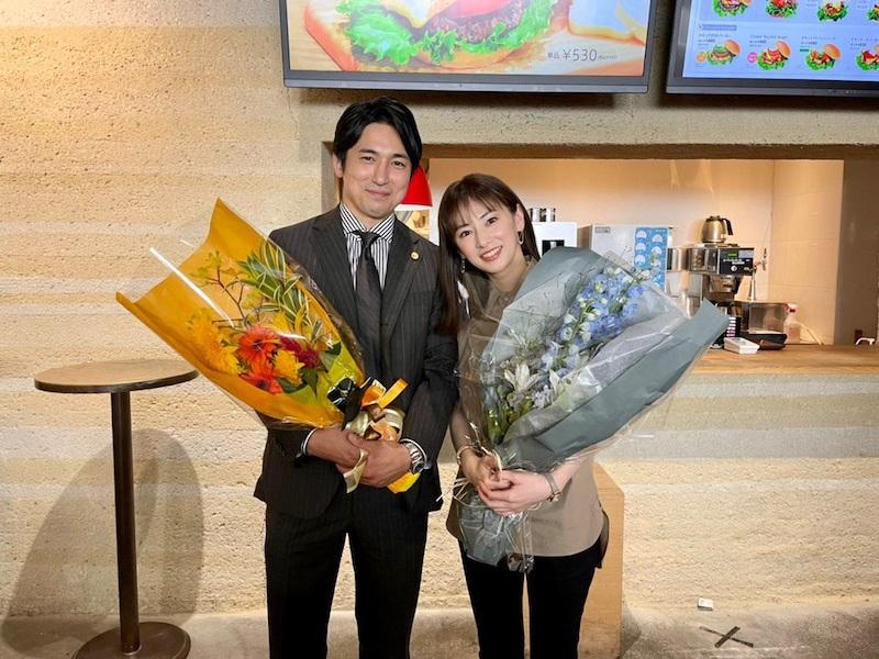 大きな花束を抱えて並ぶ北川景子(右)と高橋光臣