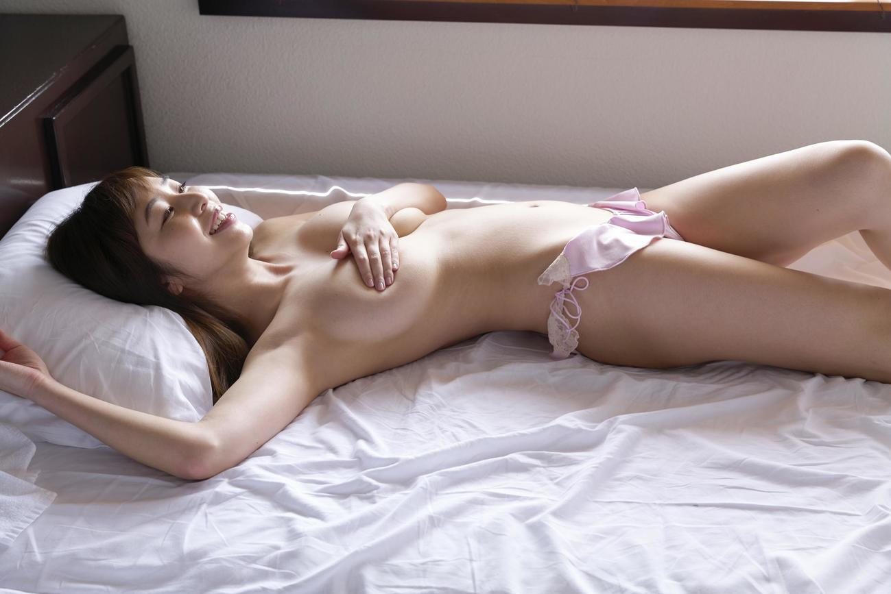 DVD「look forward」でセクシーショットを披露する塩地美澄