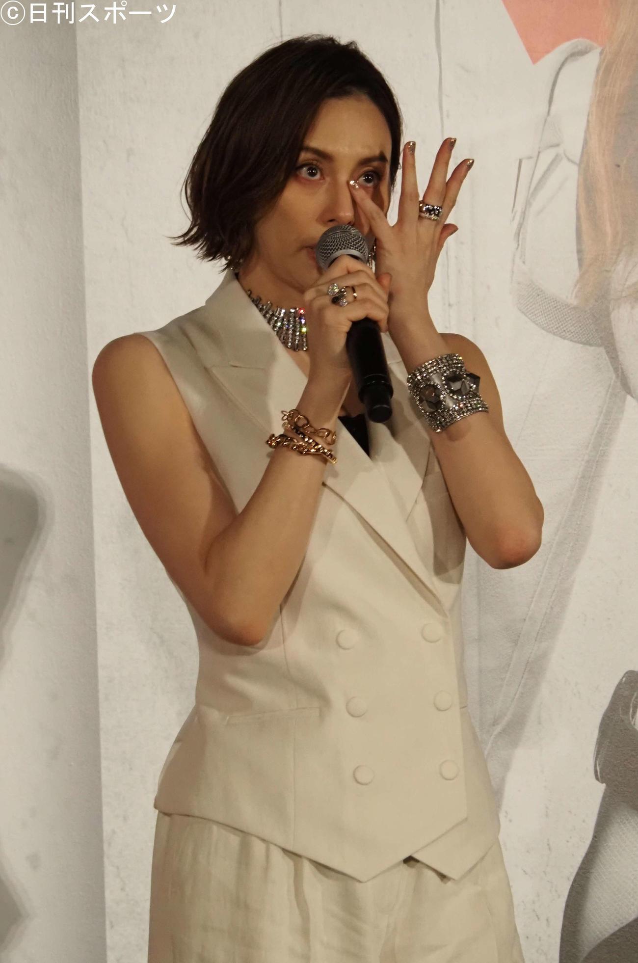 スカーレット・ヨハンソンからのビデオメッセージに涙する米倉涼子(撮影・遠藤尚子)