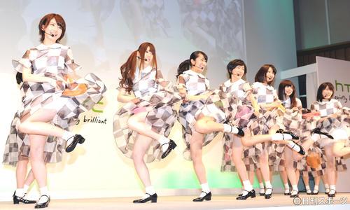 スカートをまくり上げる振り付けで、新曲を歌う乃木坂46。右端が高山一実(12年4月)
