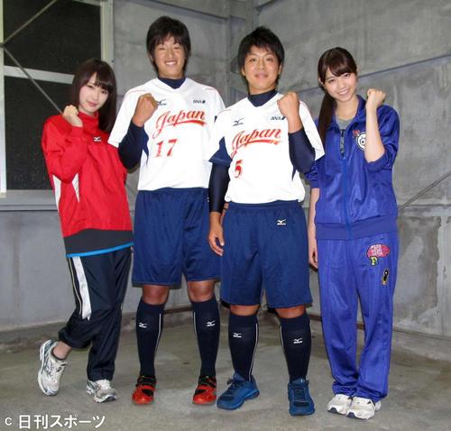 15年7月 ソフトボール日本代表とガッツポーズする乃木坂46。左から高山一実、上野由岐子、山本優、西野七瀬