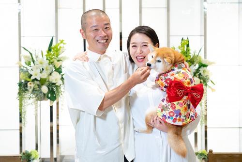 愛犬を抱くアキナ山名(左)と宇都宮まき(ラフ&ピースマガジンより)