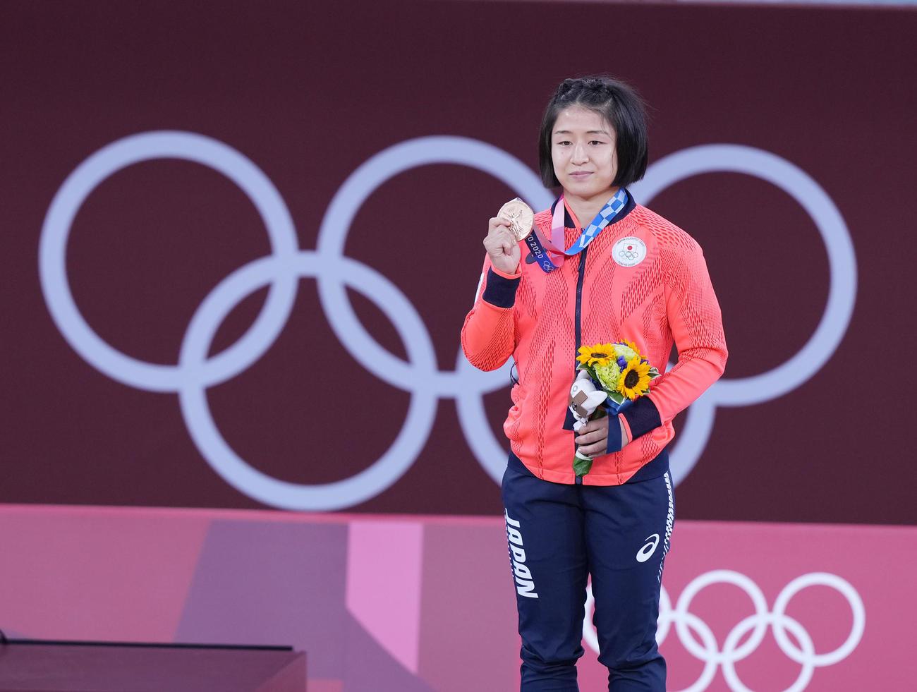 柔道女子57キロ級で3位の芳田は、笑顔で銅メダルを手にする