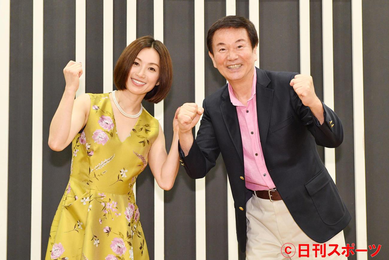 森田健作(右)のラジオ番組に出演した酒井法子は共にガッツポーズする(撮影・滝沢徹郎)