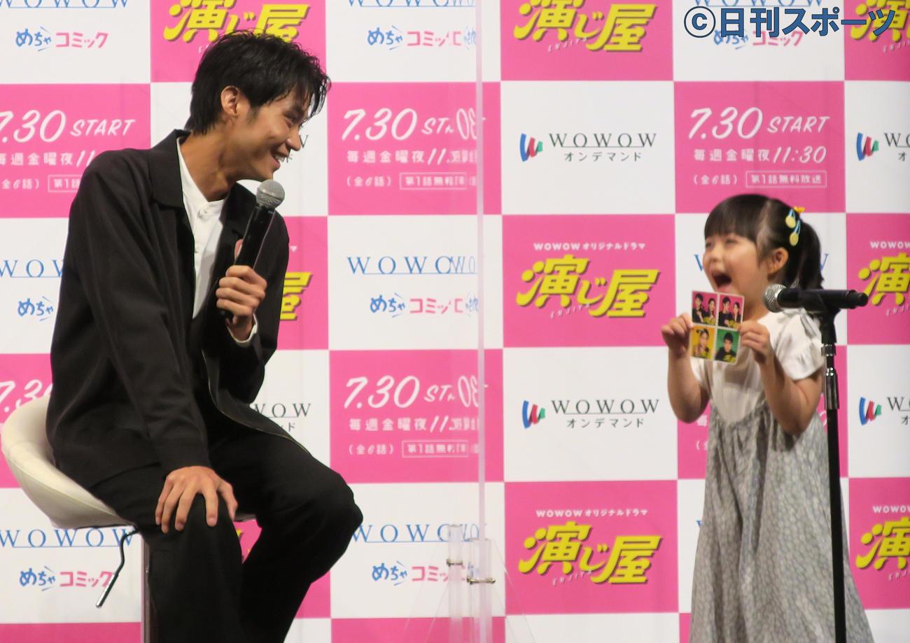 WOWOWドラマ「演じ屋」の完成報告会見で、子役の加藤柚凪(右)にメロメロの磯村勇斗