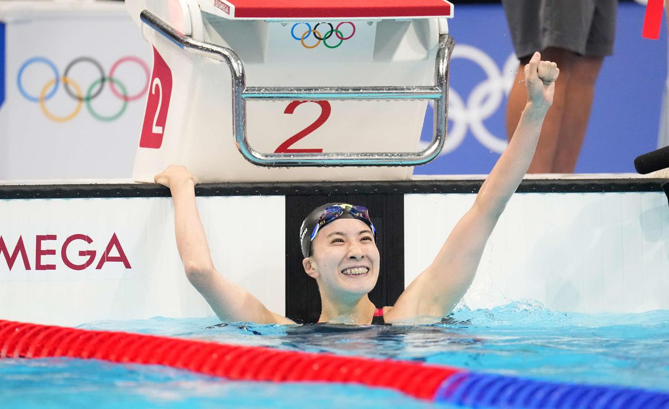 女子200メートル個人メドレー決勝 金メダルを獲得し、笑顔でガッツポーズする大橋(撮影・鈴木みどり)