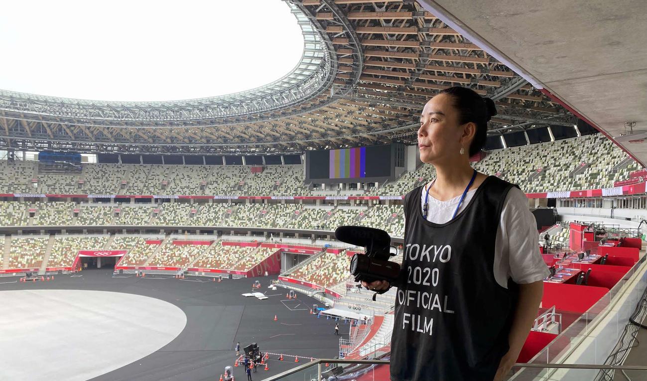 東京五輪直前に、新国立競技場で撮影を行う河瀬直美監督(本人提供)