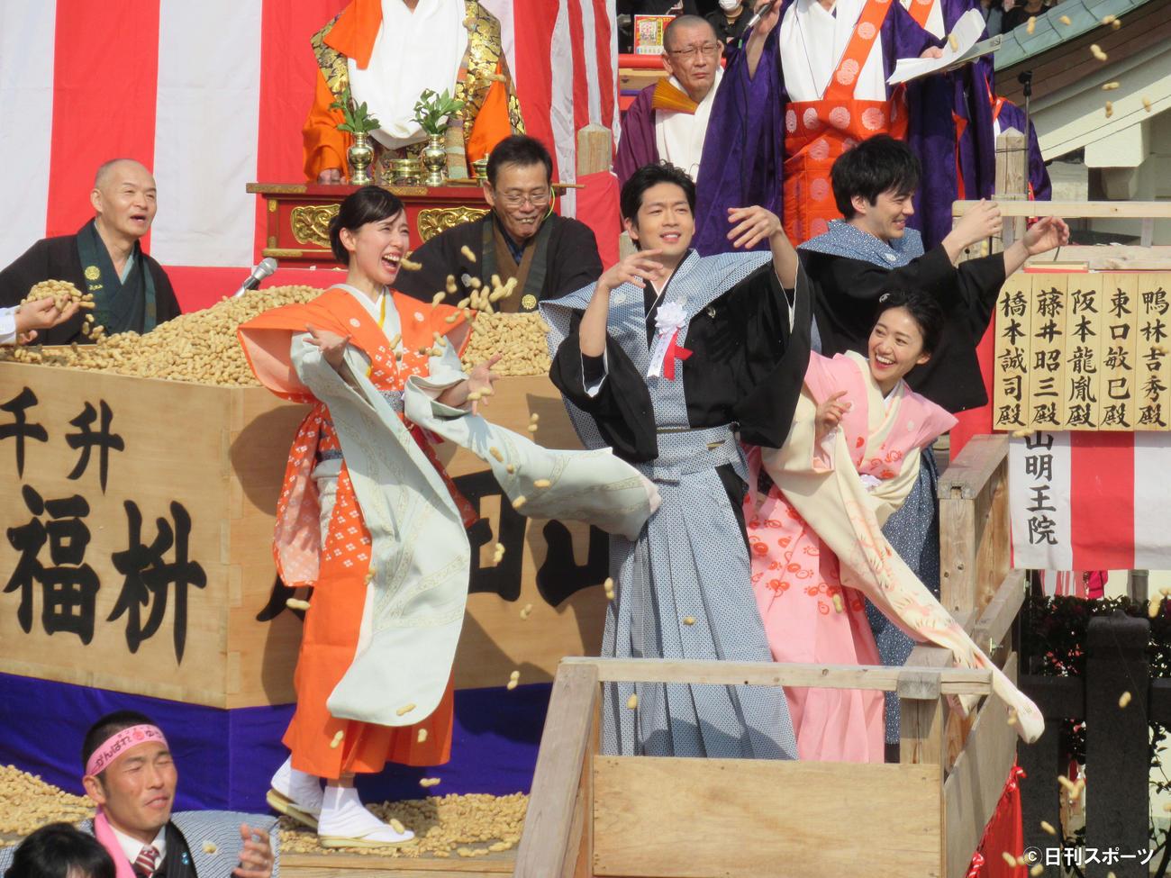20年2月、成田山節分祭で豆まきをする左2人目から戸田恵梨香、松下洸平、大島優子、林遣都