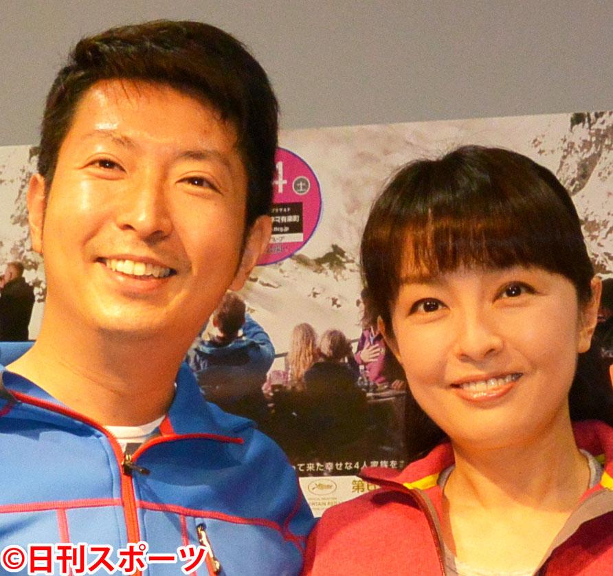 有村昆(左)と丸岡いずみ(2015年6月撮影)