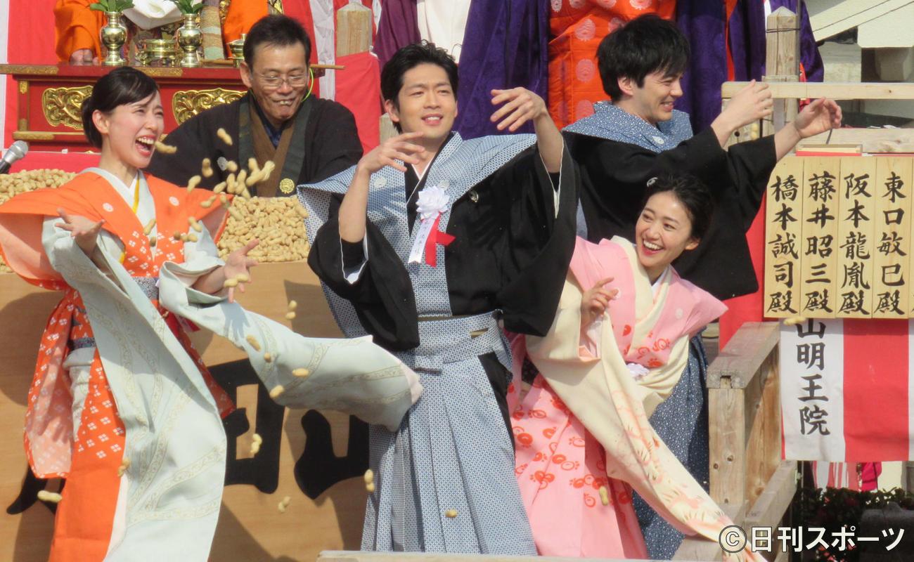 20年3月、成田山節分祭で豆まきをする左から戸田恵梨香、松下洸平、大島優子、林遣都