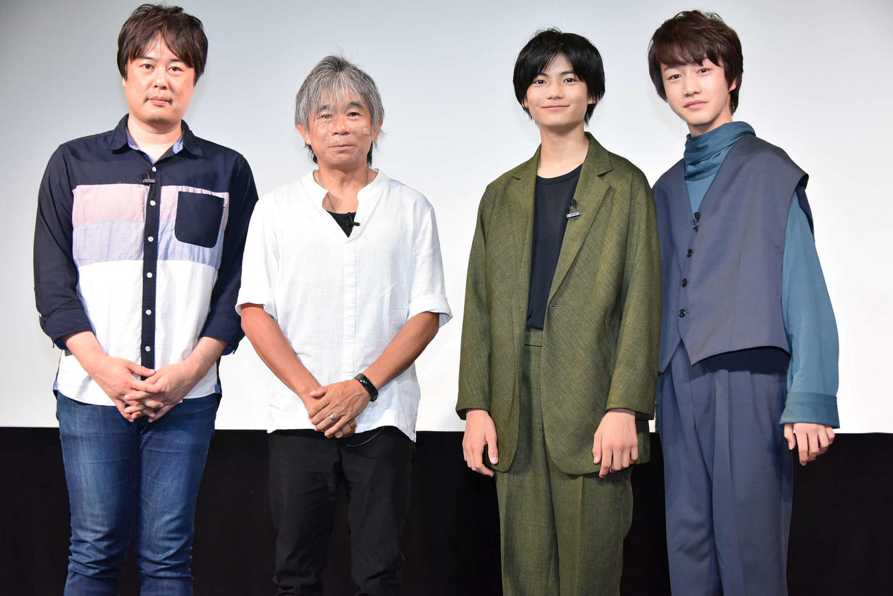 映画「都会のトム&ソーヤ」のイベントに出席した、左から脚本家徳尾浩司氏、原作のはやみねかおる氏、城桧吏、酒井大地