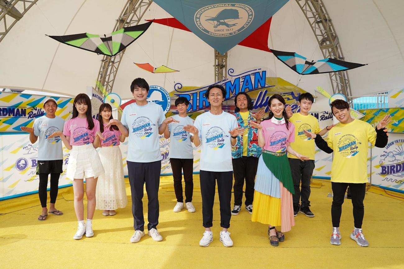 2年ぶり開催となった鳥人間コンテストを進行した矢部浩之(中央右)羽鳥慎一アナ(同左)ら