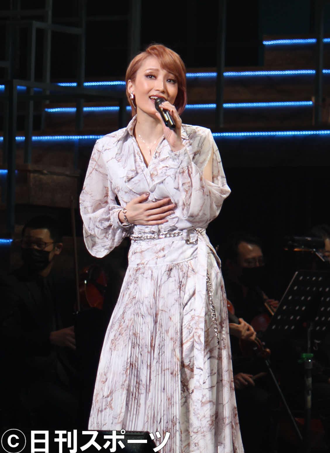 退団後初コンサートで、ドレス姿も披露する望海風斗(撮影・村上久美子)