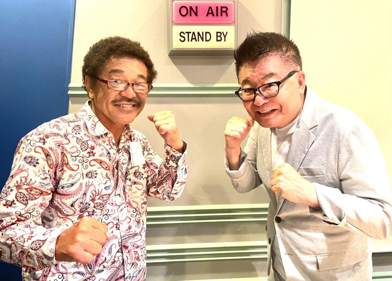 ファイティングポーズを取る具志堅用高(左)と生島ヒロシ