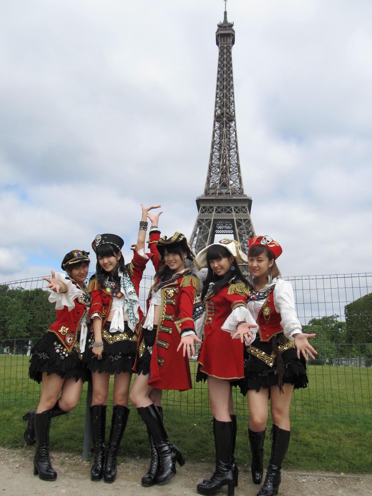 初の海外単独公演でエッフェル塔をバックに海賊風衣装でポーズを決める℃-ute。左から、岡井千聖、鈴木愛理、矢島舞美、中島早貴、萩原舞=2013年7月
