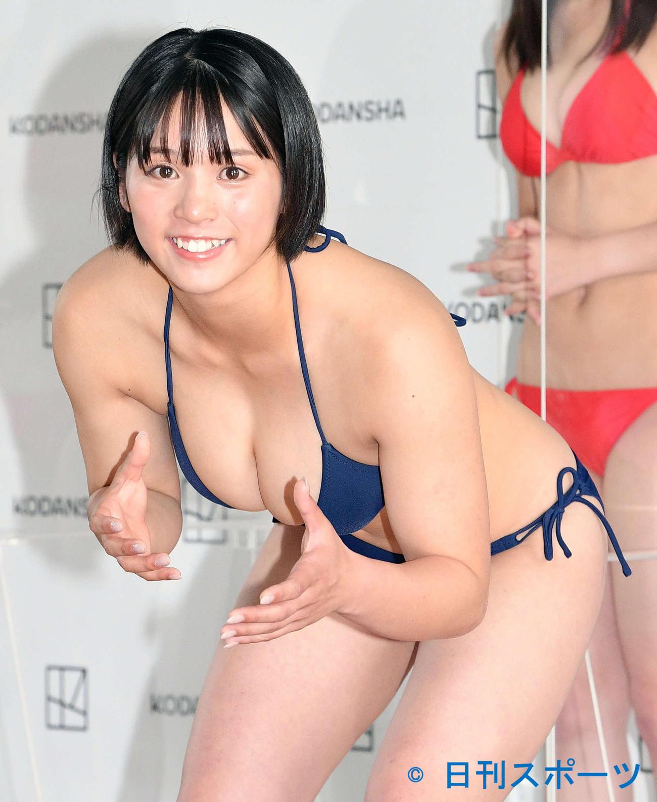 「ミスマガジン2021」ベスト16お披露目会 フォトセッションでレスリングの構えをする山岡雅弥(2021年7月撮影)