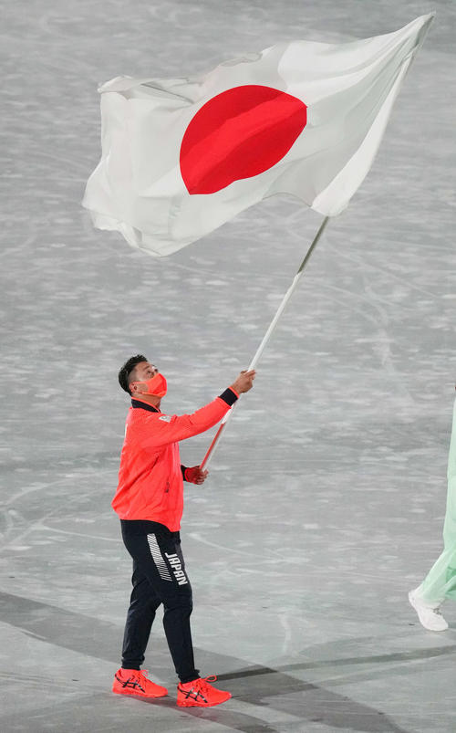 閉会式で日本の旗手を務める喜友名(撮影・鈴木みどり)