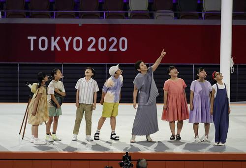 杉並児童合唱団と一緒に歌う大竹しのぶ(右から4人目)(2021年8月8日撮影)