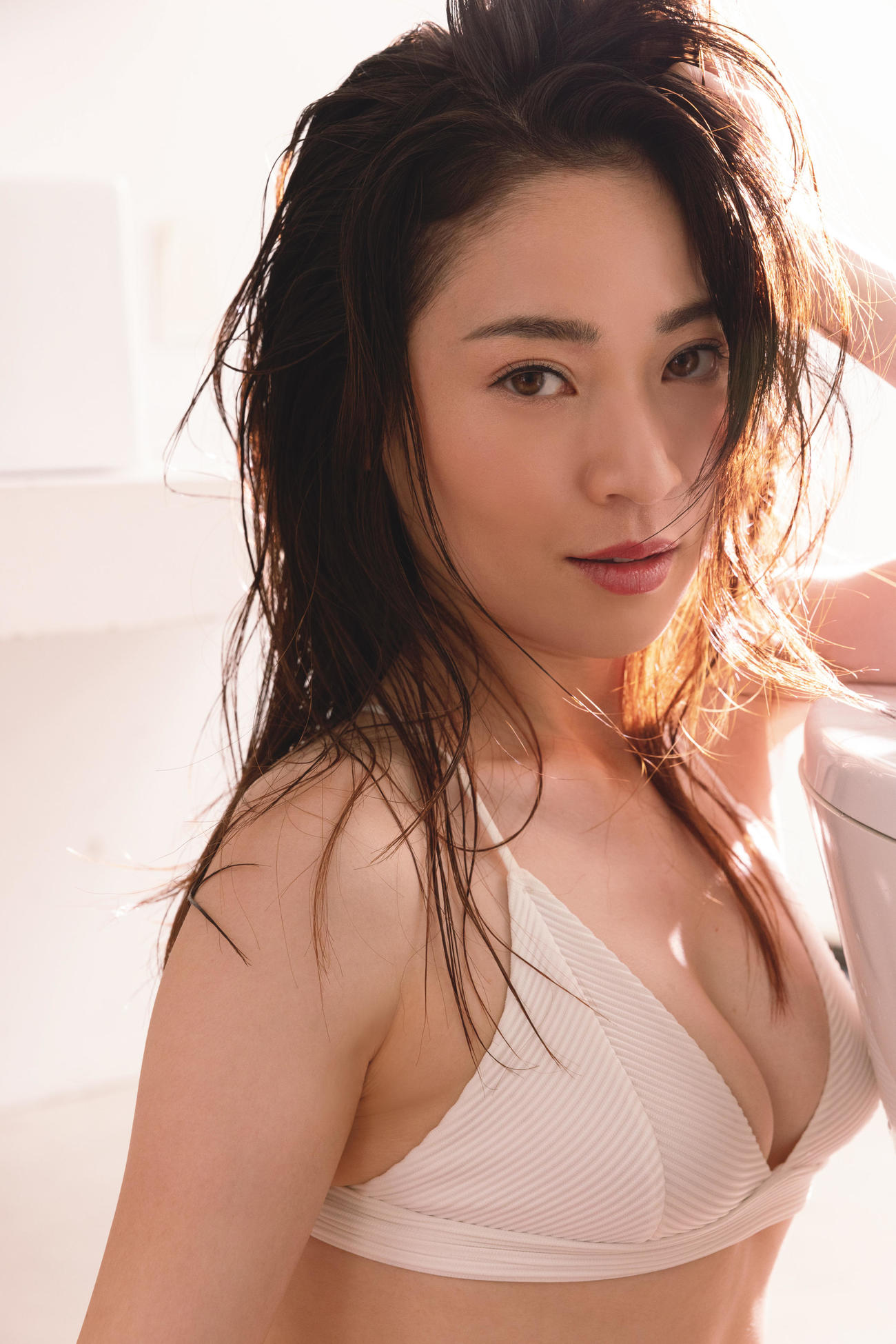 「週刊ポスト」で初のグラビア撮影に挑戦し大人っぽい表情をのぞかせる竹村真琴