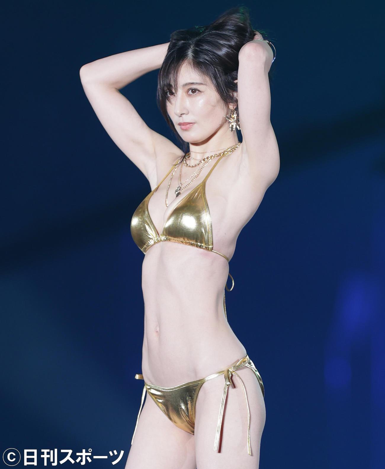 「関西コレクション」でゴールドの水着姿を披露する熊田曜子(2021年9月5日)