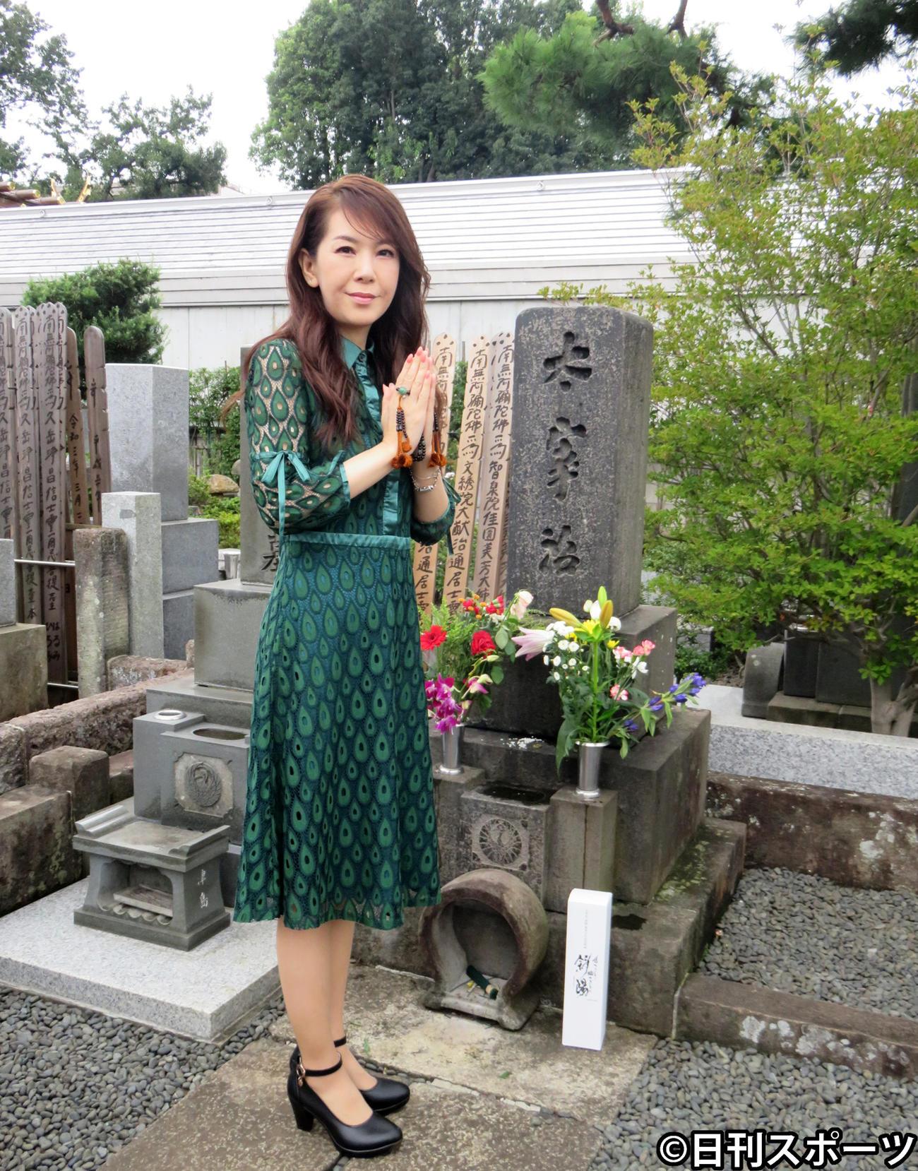 作家太宰治の墓に純米酒「斜陽」を供えて、新曲「少しは私に愛を下さい」のヒット祈願をした白石恭子(撮影・小谷野俊哉)