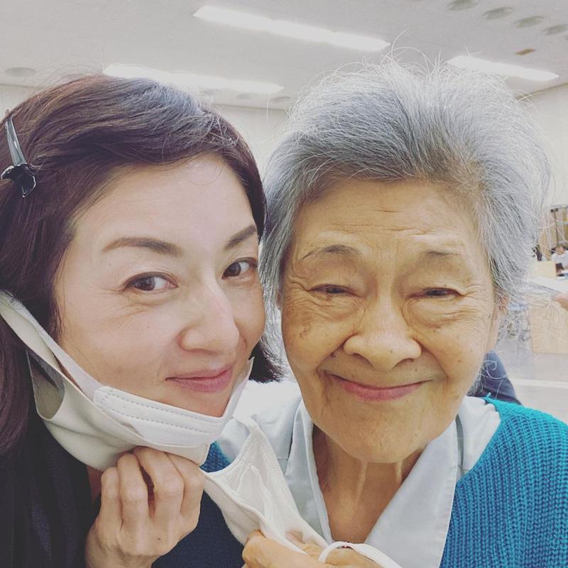NHK連続テレビ小説「おかえりモネ」で共演する大方斐紗子(右)とのツーショットをブログで公開した高岡早紀