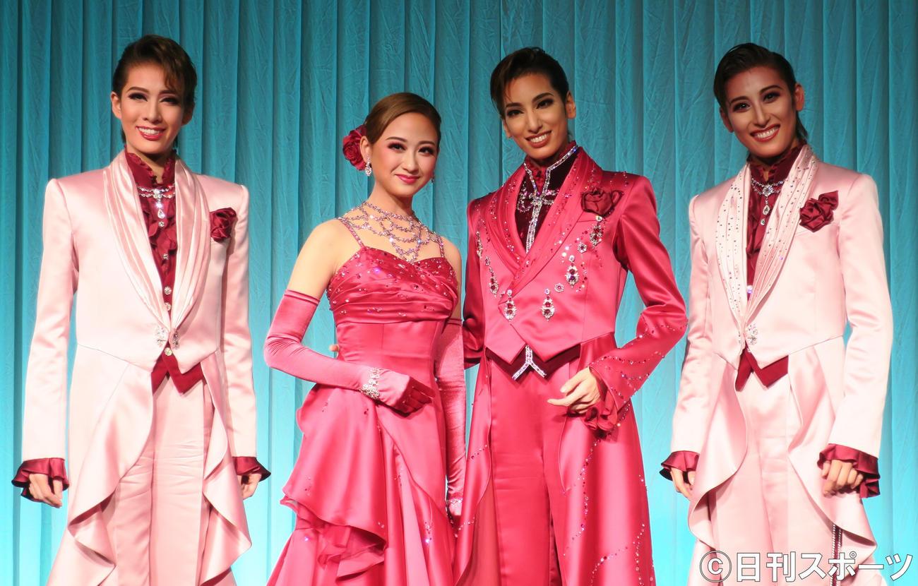 宝塚歌劇団花組公演の制作発表会で。左から、永久輝せあ、娘役トップ星風まどか、トップスター柚香光、水美舞斗