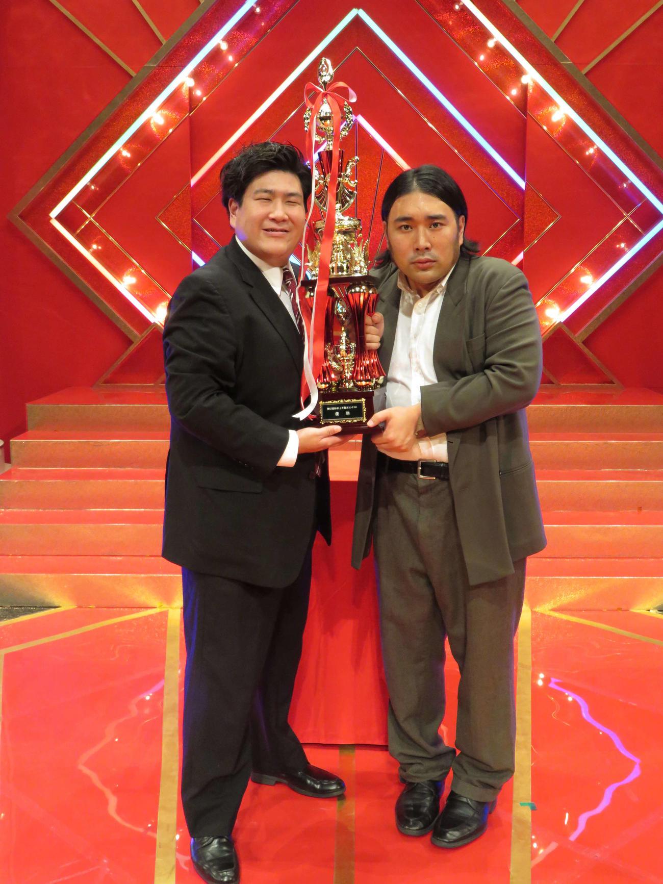 NHK上方漫才コンテストにコントで挑み、優勝した「ビスケットブラザーズ」きん(左)と、原田泰雅(撮影・村上久美子)