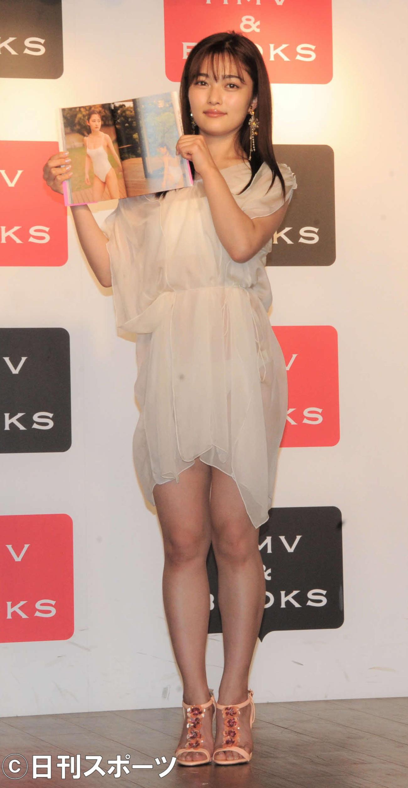 ファーストフォトブック「さよなら MAYUGE」の発売記念イベントを行った井上咲楽(撮影・三須佳夏)