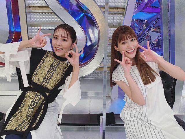 """石川恋(左)と""""めるる""""こと生見愛瑠が「はっぴーす」(石川恋公式ブログより)"""