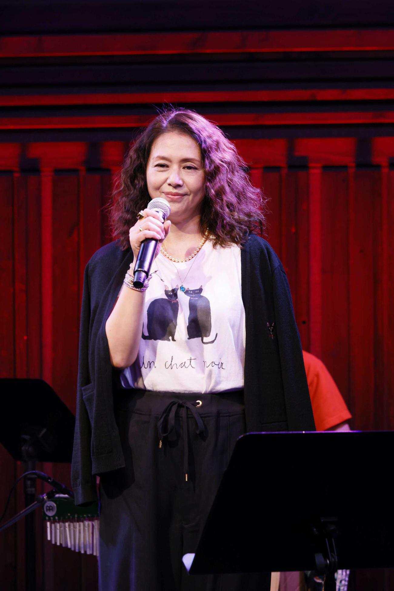 オンラインライブイベントに出演した小泉今日子