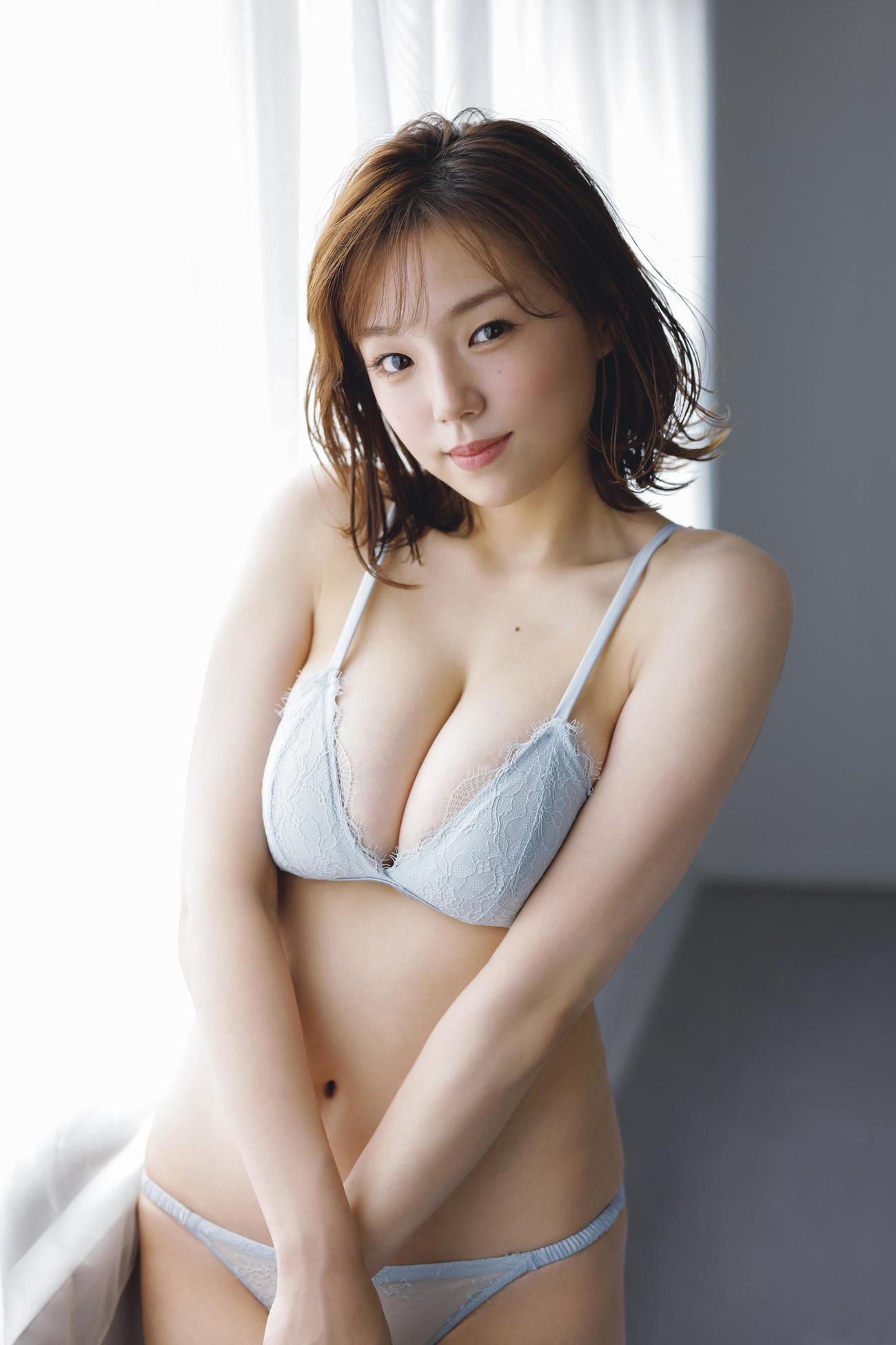 「FRIDAY」で約4年ぶりとなるグラビアを披露する篠崎愛