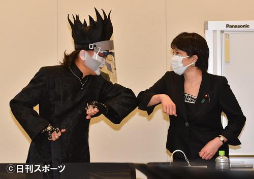高市早苗前総務相はデーモン閣下と肘タッチであいさつする(撮影・柴田隆二)
