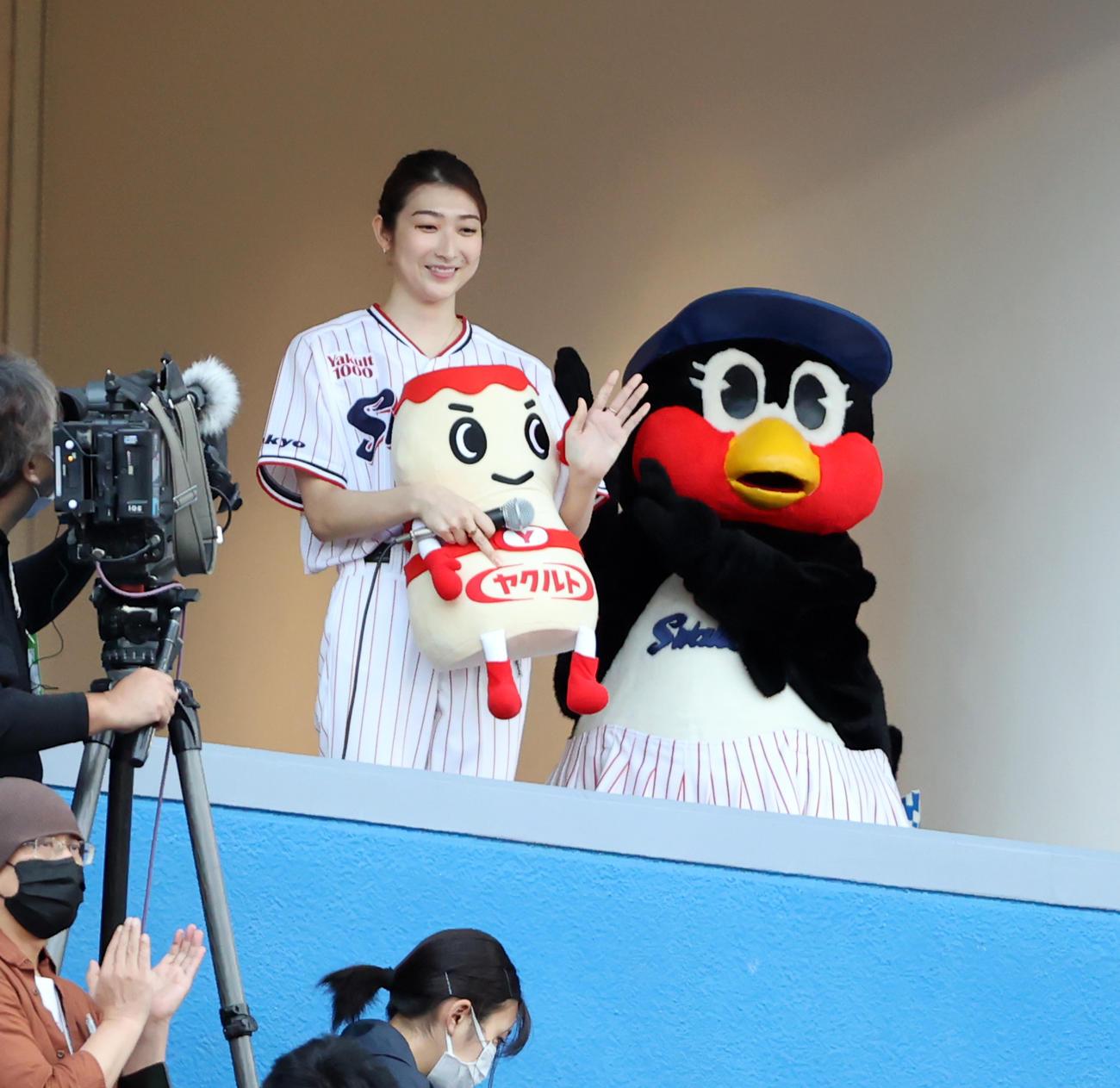 ヤクルト対中日 始球式に登場する池江璃花子は、試合前テレビブースから手を振る(撮影・浅見桂子)