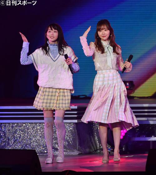 卒業コンサートで歌う峯岸みなみ(左)と指原莉乃(2021年5月撮影)