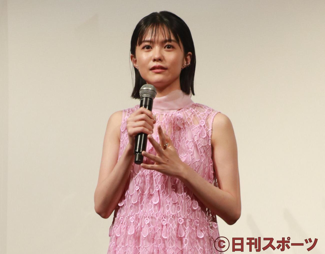 映画「かそけきサンカヨウ」完成報告会で笑顔を見せる志田彩良(撮影・勝部晃多)