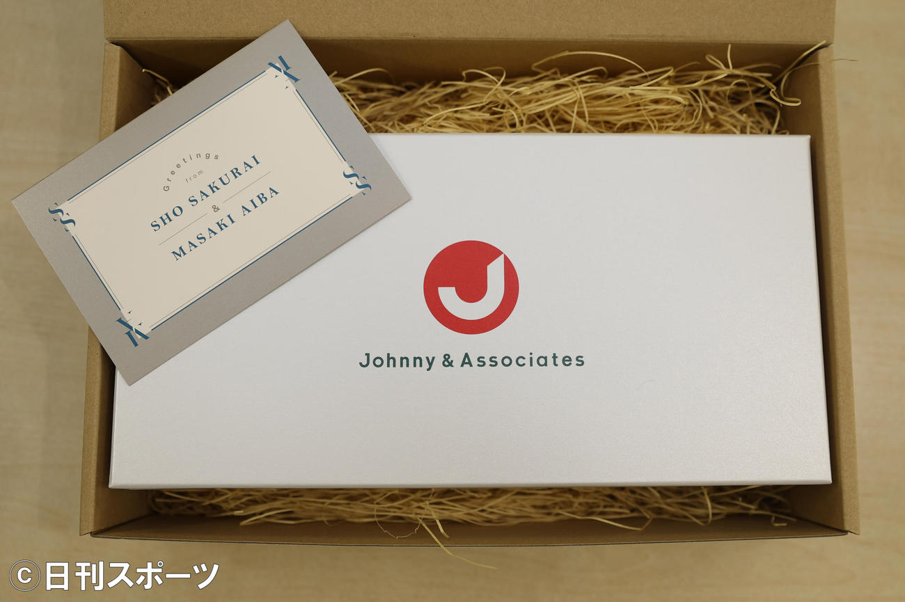 結婚を報告した嵐の櫻井翔、相葉雅紀から報道各社に送られたメッセージカードと菓子