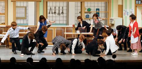 防弾少年団、吉本新喜劇で「100点」のコケ芸披露