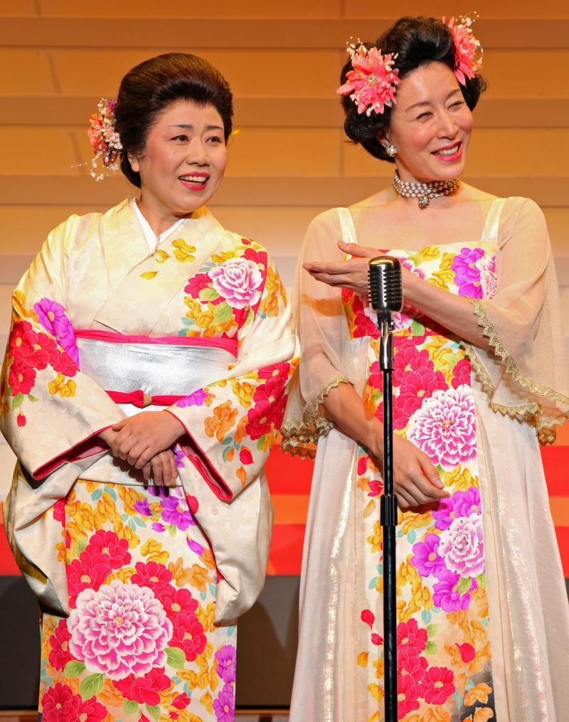 派手な衣装でにっこり笑顔で相方さんと立つ高畑淳子