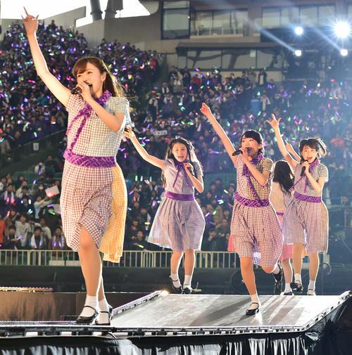 デビュー3周年記念バースデーライブ 3rd Year Birthday Liveで花道を走り回る白石麻衣(左)ら乃木坂46のメンバー=2015年2月22日