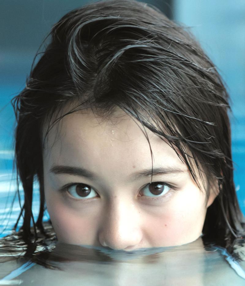 水に潜る生田絵梨花